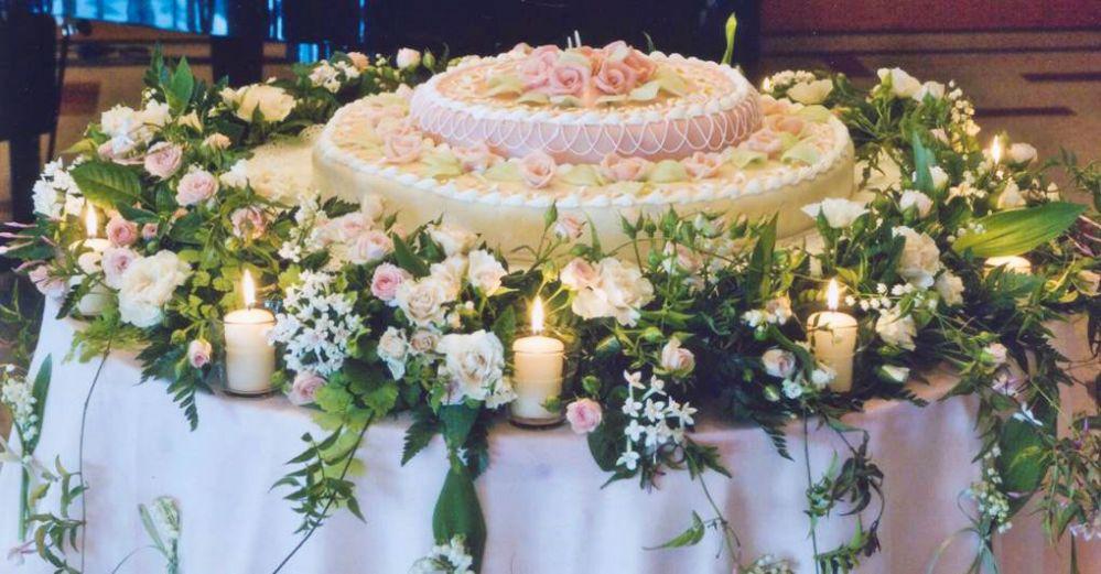 Floral decorations for the wedding cake created by Giuseppina Comoli