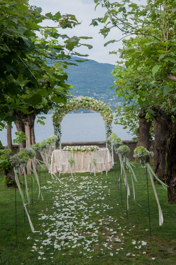 Arc with hydrangeas and roses